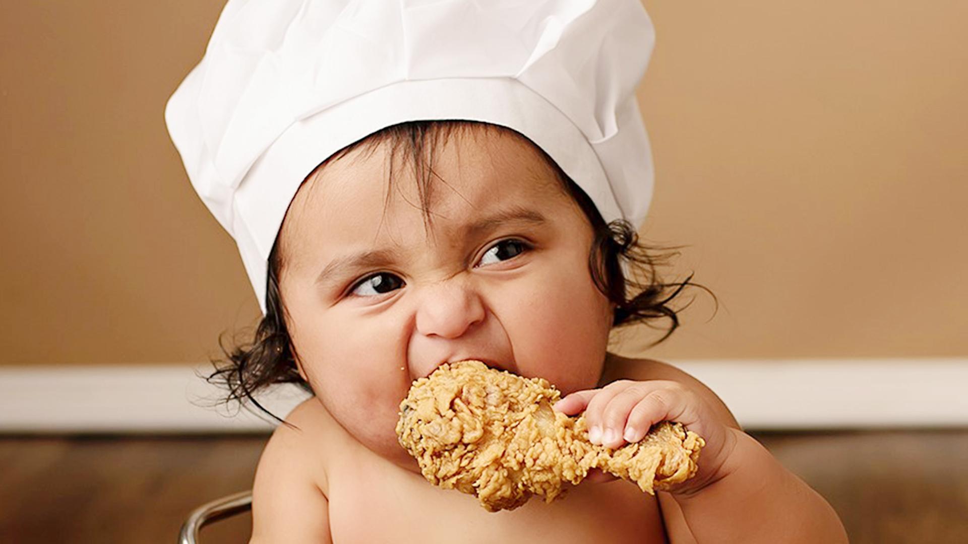 کودک در حال خوردن مرغ سوخاری